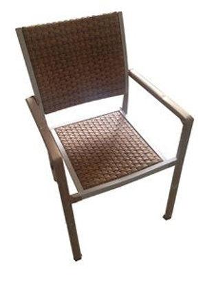 Immagine di sedia con braccioli,  impilabile in alluminio bianco, schienale e seduta in vimini colore teak, dimensioni cm.54x57xh.88